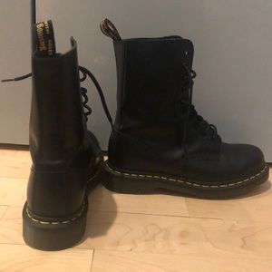 Dr. martens women's black smooth boot